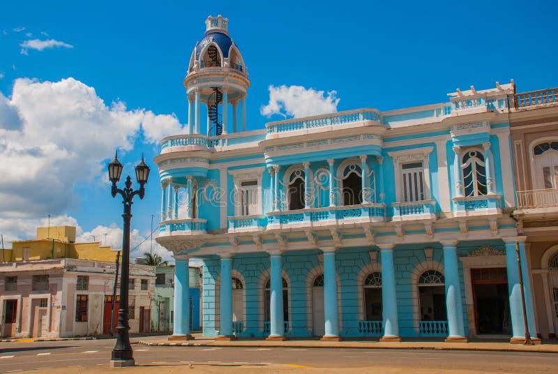 cienfuegos古巴 帕拉西奥费勒在何塞马蒂公园,文化本杰明杜瓦特的议院 与wh的美丽的经典蓝色大厦 库存照片