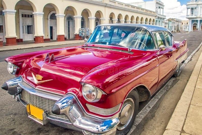 Cienfuegos, ΚΟΥΒΑ - 22 Μαρτίου 2012: Κόκκινο παλαιό αναδρομικό αυτοκίνητο στις αυθεντικές οδούς Κούβα Cienfuegos στοκ φωτογραφία με δικαίωμα ελεύθερης χρήσης