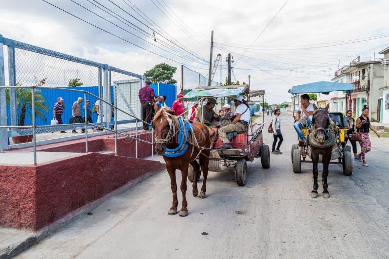 CIENFUEGOS, CUBA - 12 DE FEBRERO DE 2016: Carros del caballo en una calle en Cienfuegos, Cub foto de archivo