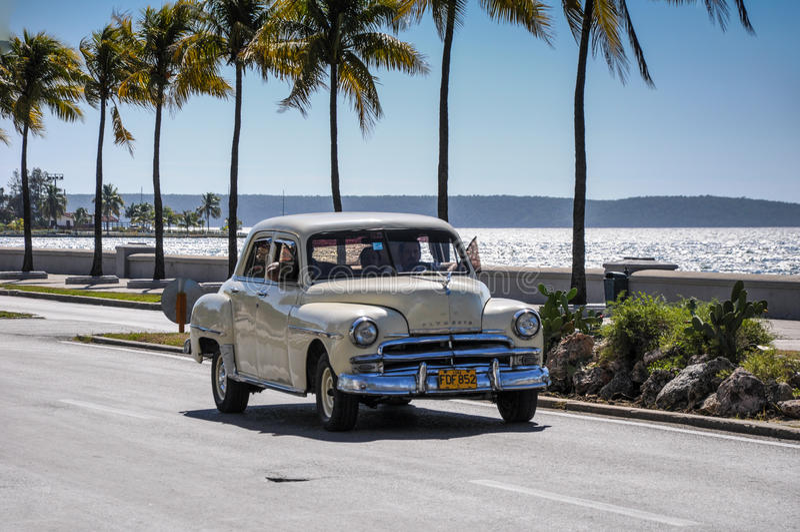 CIENFUEGOS, CUBA - 30 GENNAIO 2013: Dott. americano classico anziano dell'automobile fotografie stock