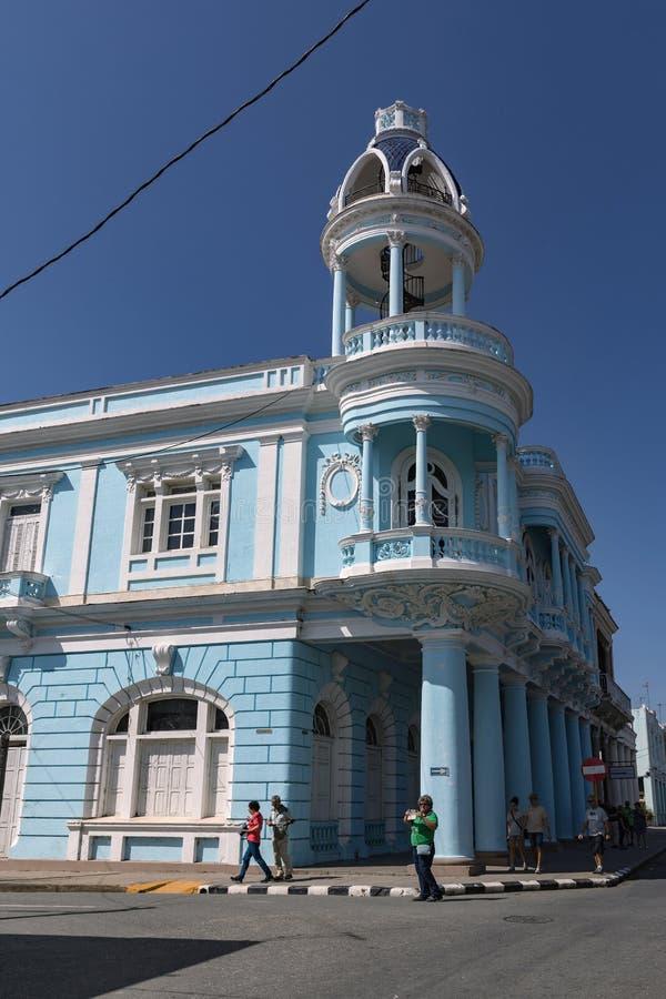 CIENFUEGOS, CUBA - MAART 11, 2018 het Ferrer-paleis dat een beroemd neoklassiek gebouw in Parque Jose Marti in het centrum is royalty-vrije stock afbeelding