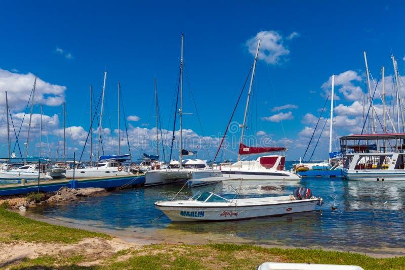 CIENFUEGOS, CUBA - MAART 24, 2012: Vele jachten in jachthaven royalty-vrije stock afbeelding