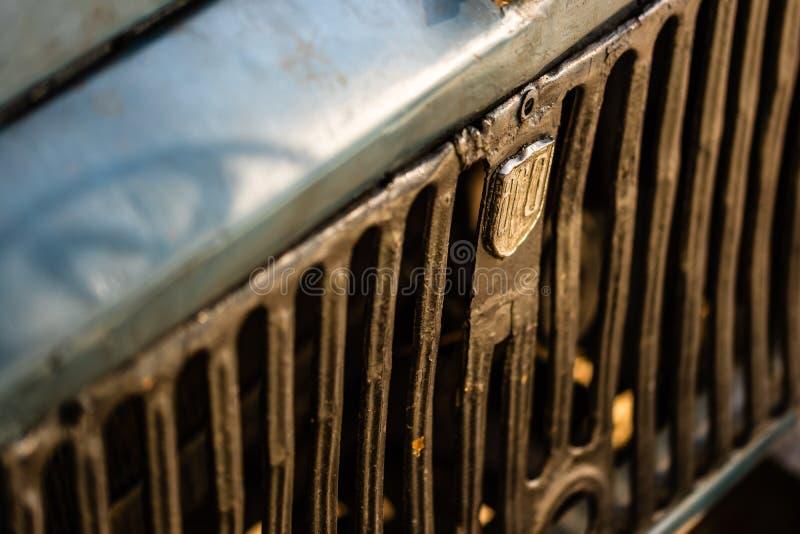 Cienfuegos, Cuba - 2019 Romeno raro fora da grade dianteira do veículo de estrada com logotipo do vintage Veículo de Aro imagem de stock