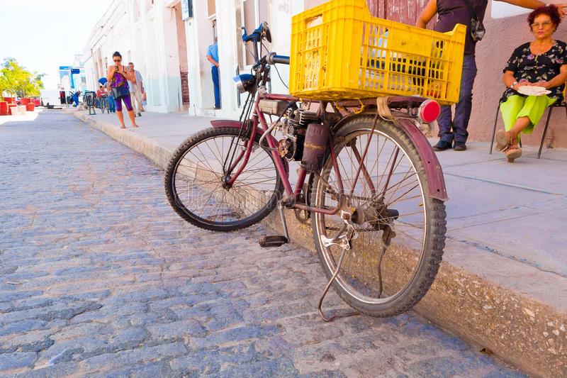 CIENFUEGOS, CUBA - SEPTEMBER 12, 2015: naar huis gemaakt pedaal bijgestane fiets met gas royalty-vrije stock afbeelding