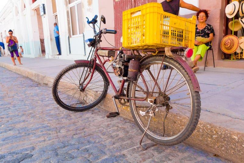 CIENFUEGOS, CUBA - SEPTEMBER 12, 2015: naar huis gemaakt pedaal bijgestane fiets met gas royalty-vrije stock fotografie