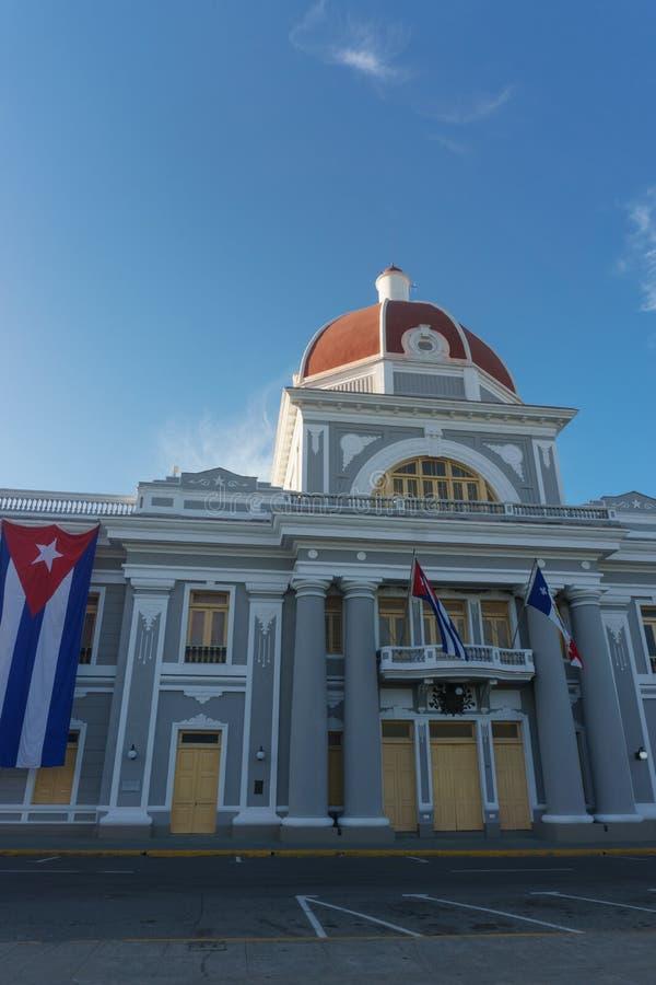 Cienfuegos, Cuba Stadhuis met de Vlaggen van Cubaan en van het deel op voorgevel tijdens viering van 1 januari royalty-vrije stock foto's