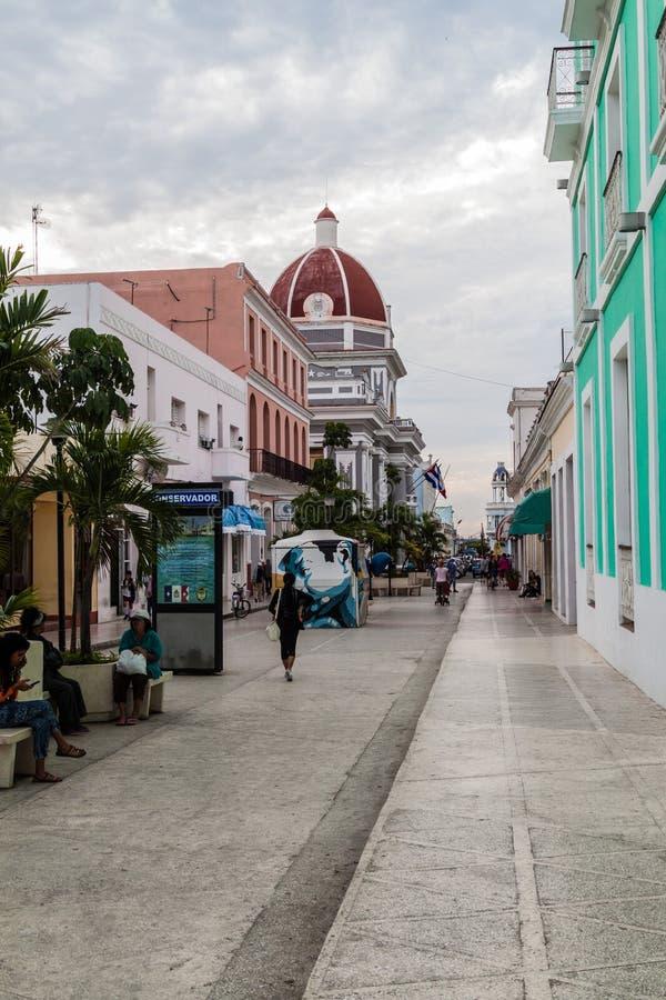 CIENFUEGOS, KUBA - 11. FEBRUAR 2016: Leute auf einer Fußgängerstraße in Cienfuegos, CUB stockbilder
