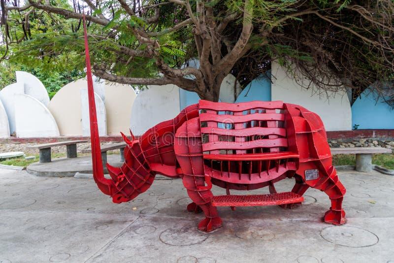 CIENFUEGOS KUBA - FEBRUARI 11, 2016: En av skulpturer i Parque de Esculturas parkerar i Cienfuegos, gröngöling royaltyfria foton