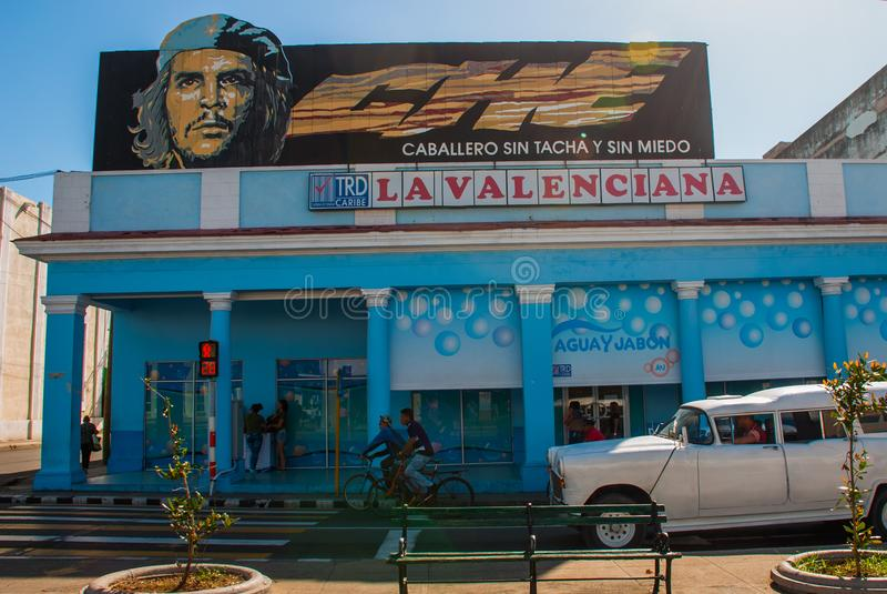 Cienfuegos Kuba: Stående av che Guevara hemma Lokal traditionell gata i centret royaltyfria foton