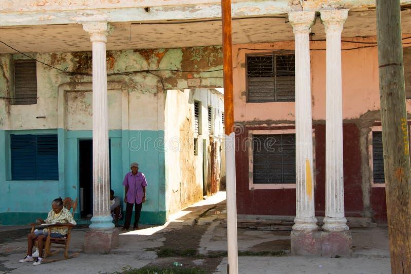 26/04/2019 Cienfuegos, Kuba, Uliczna scena z starszymi dorosłymi stoi i siedzi ulicą w Cienfuegos obrazy stock