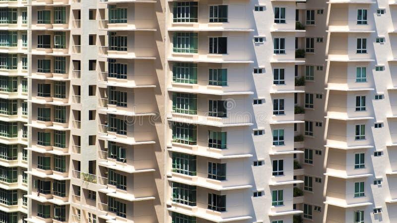 Cieni kształty tworzą zygzakowatego wzór w niedalekim mieszkaniu fotografia stock