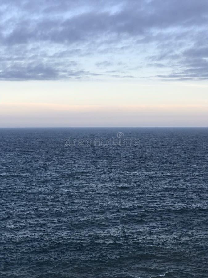 Cienie błękit przy morzem zdjęcia royalty free
