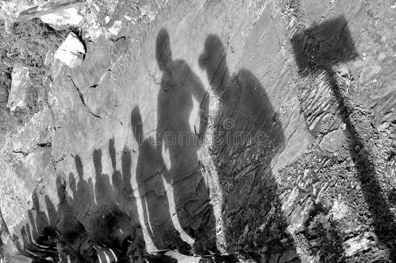 Cienie grupa ludzi na wycieczce turysycznej obraz stock