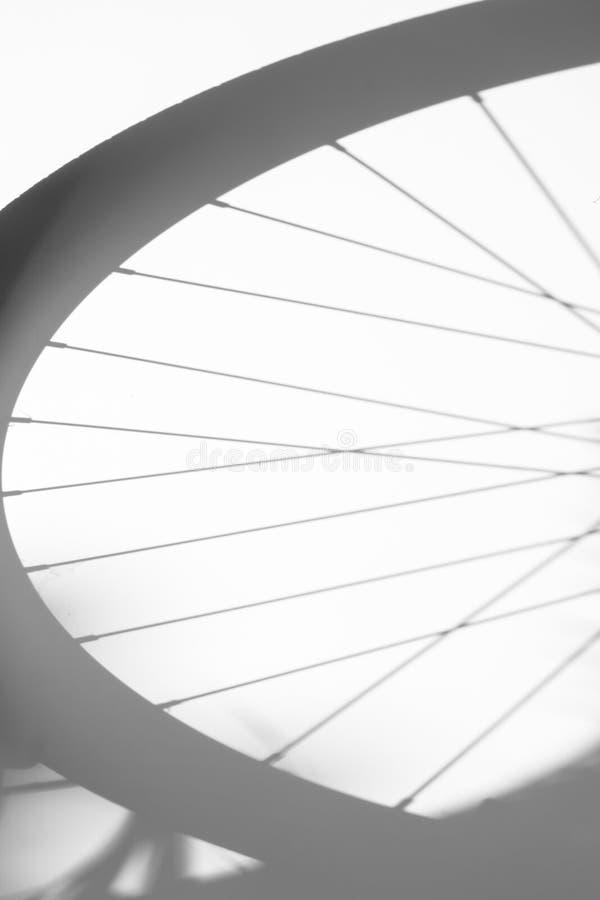 Cienie rowerowy koło na białym tle zdjęcie stock