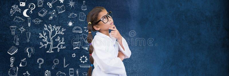 Científico de la colegiala y dibujo de la educación en la pizarra para la escuela foto de archivo