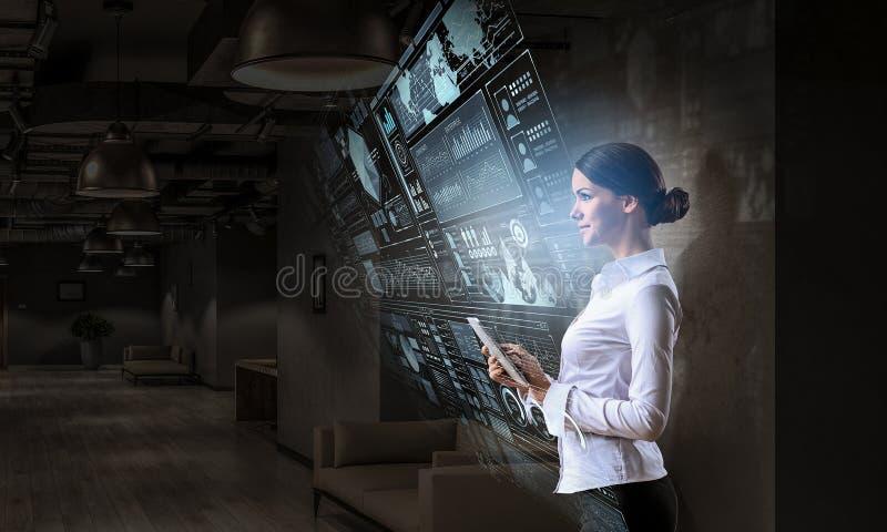 Científico de la mujer que hace la investigación Técnicas mixtas fotos de archivo