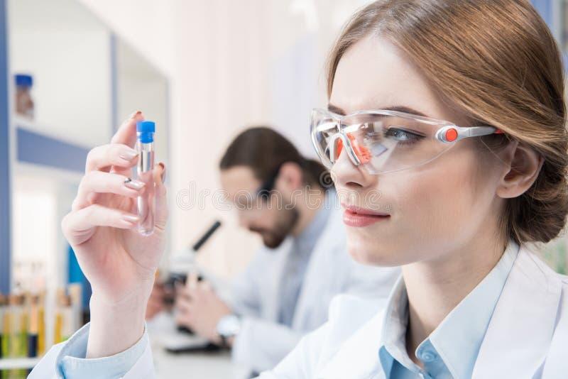Científico de sexo femenino atractivo imagen de archivo