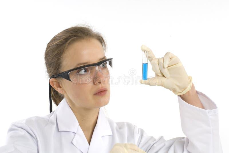 Científico de sexo femenino que examina un tubo de prueba imágenes de archivo libres de regalías