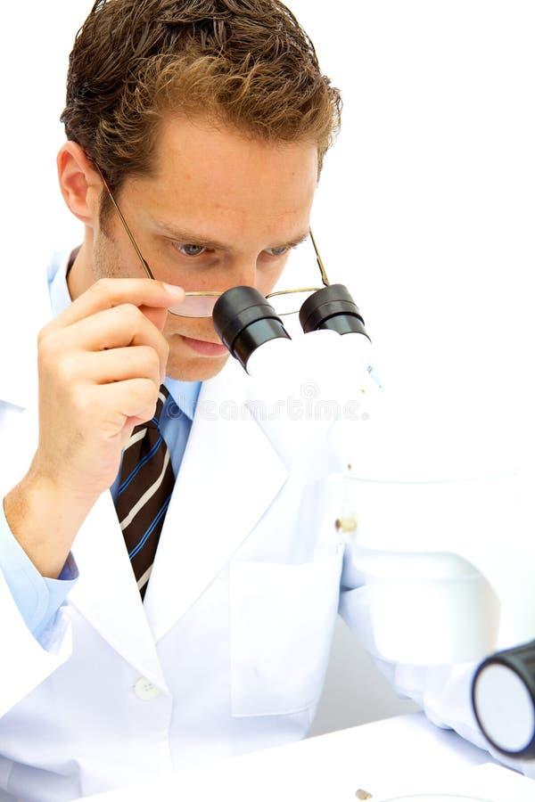 Científico de sexo masculino que trabaja en un laboratorio foto de archivo