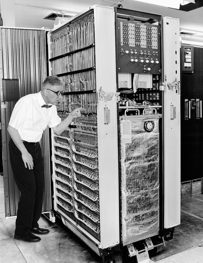Científico divertido del empollón del ordenador, tecnología del vintage imágenes de archivo libres de regalías