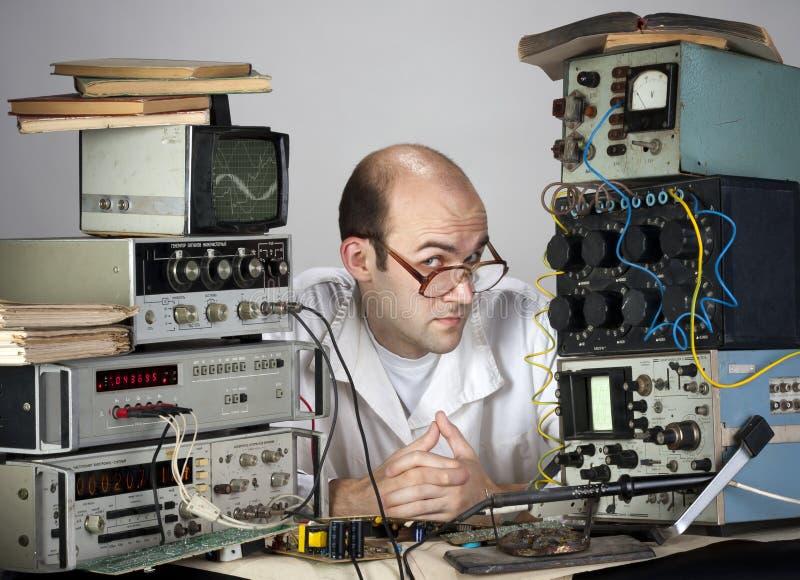 Científico en el laboratorio de la vendimia fotos de archivo