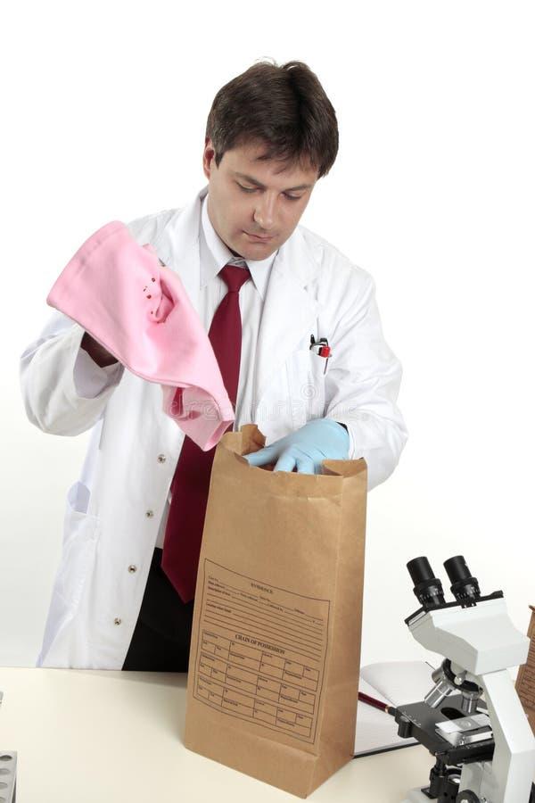 Científico forense con evidencia fotografía de archivo
