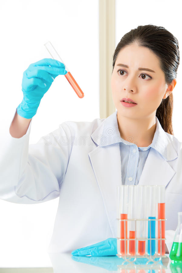 Científico forense de sexo femenino asiático que trabaja en las sustancias químicas fotografía de archivo