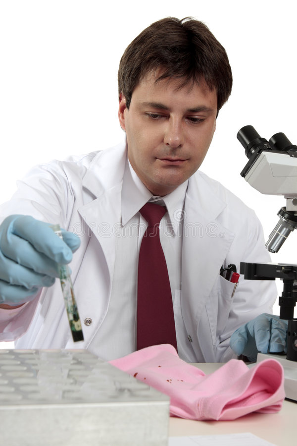 Científico forense en el trabajo foto de archivo libre de regalías