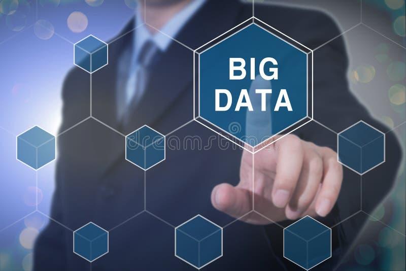 Científico grande del negocio de los datos que presenta el concepto fotos de archivo