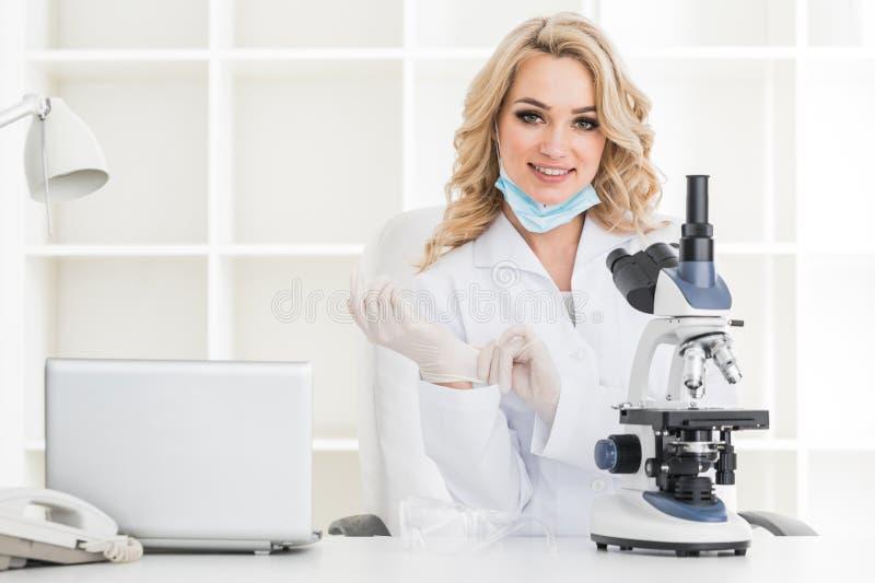 Científico joven que mira en laboratorio imagenes de archivo