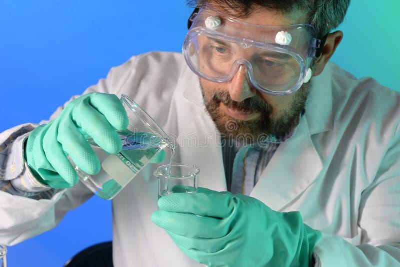 Científico Mixing Chemicals en laboratorio fotos de archivo libres de regalías