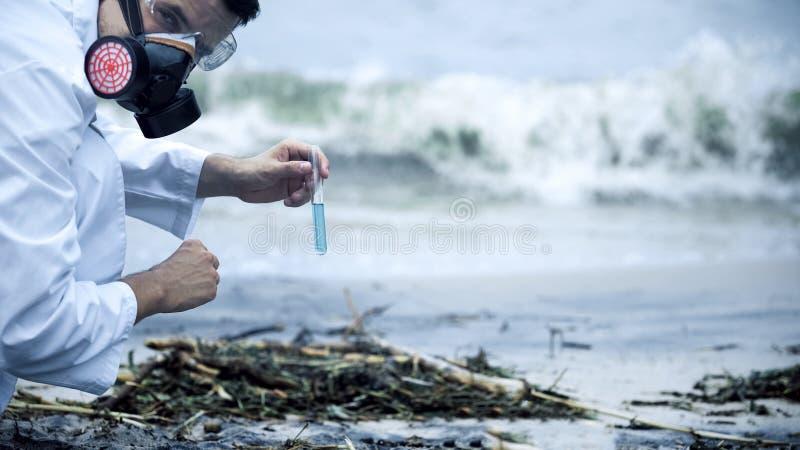 Científico pesimista sobre el resultado de la prueba de agua, nivel de bacterias infecciosas foto de archivo libre de regalías