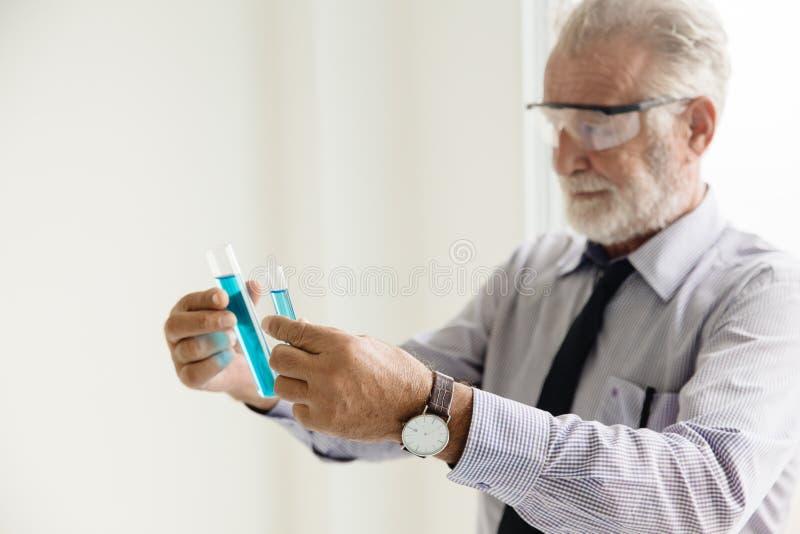 Científico profesional mayor del profesor que trabaja en laboratorio químico imagenes de archivo