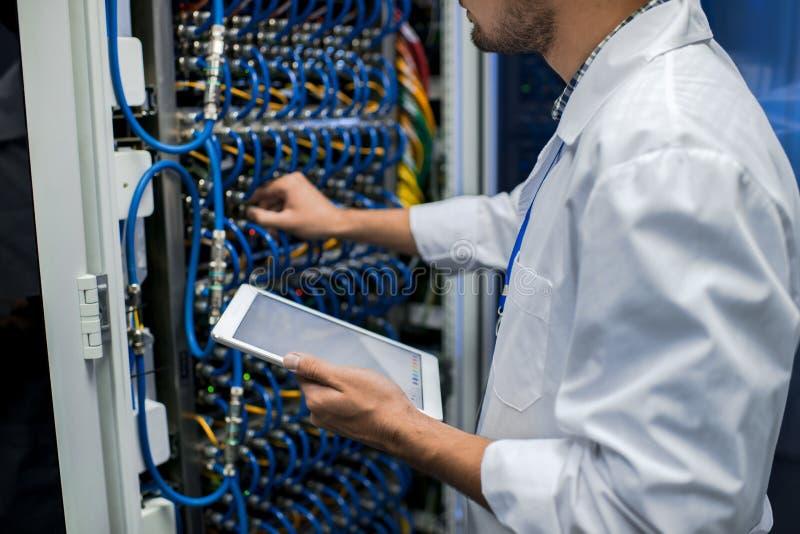 Científico Working de los datos con los servidores imagen de archivo libre de regalías