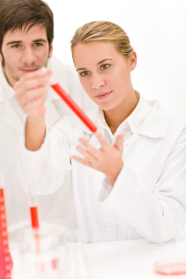 Científicos en el laboratorio - tubo de prueba del virus de la gripe fotos de archivo