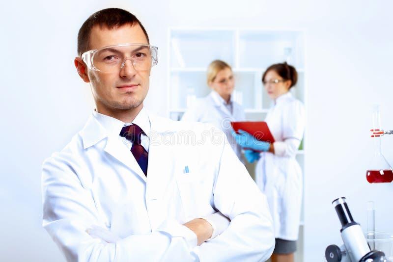 Científicos en laboratorio imagen de archivo