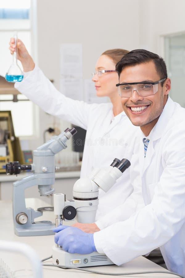 Científicos que examinan el precipitado azul imagen de archivo