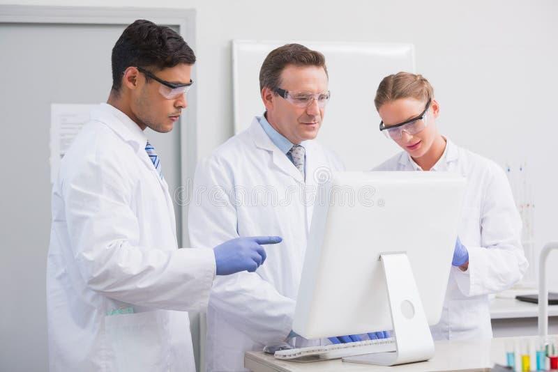 Científicos que miran el ordenador imágenes de archivo libres de regalías