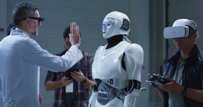 Cient?ficos que prueban gestos de los robots fotos de archivo libres de regalías