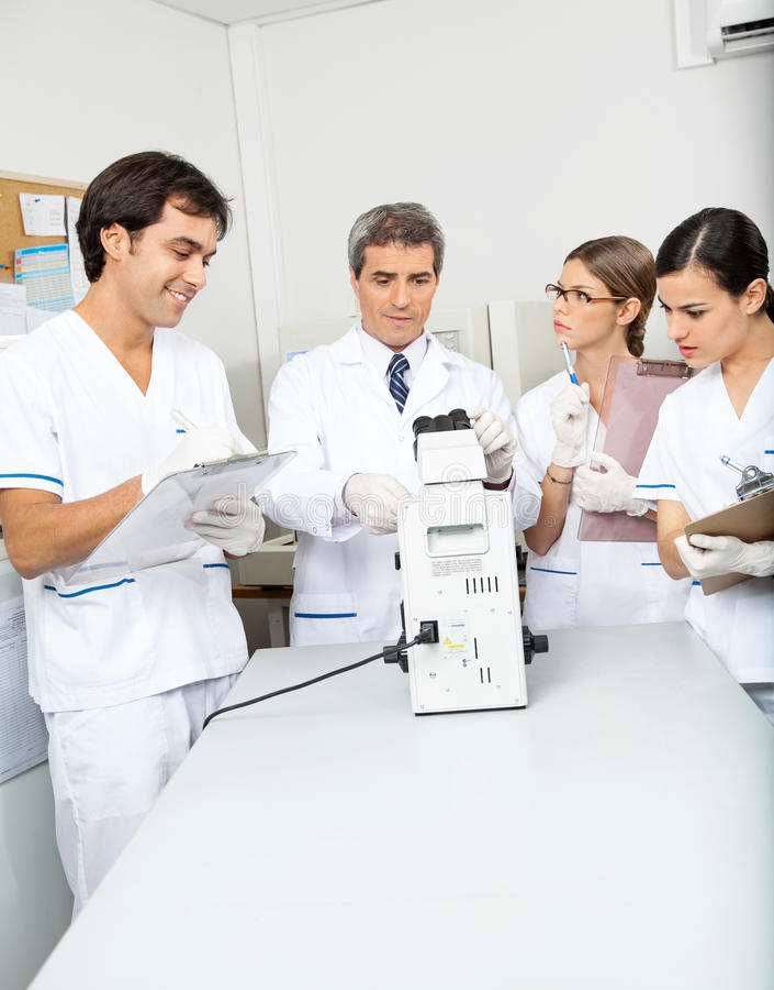 Científicos que trabajan en laboratorio médico fotos de archivo
