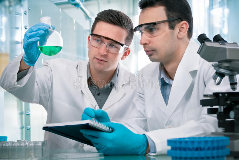 Científicos que trabajan en un laboratorio de investigación foto de archivo