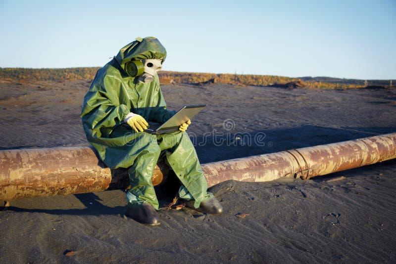 Cientista ambiental na zona do disastre fotos de stock