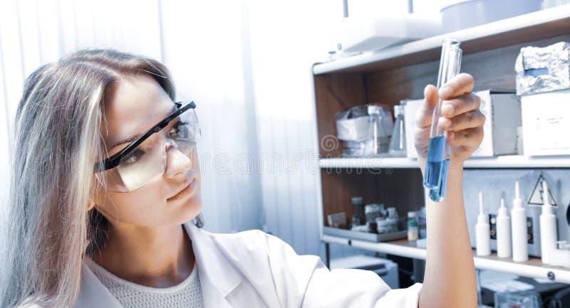 Cientista com c?maras de ar de teste fotografia de stock royalty free