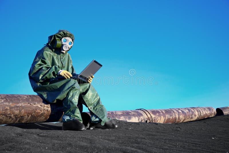 Cientista com um portátil na área contaminada fotografia de stock royalty free