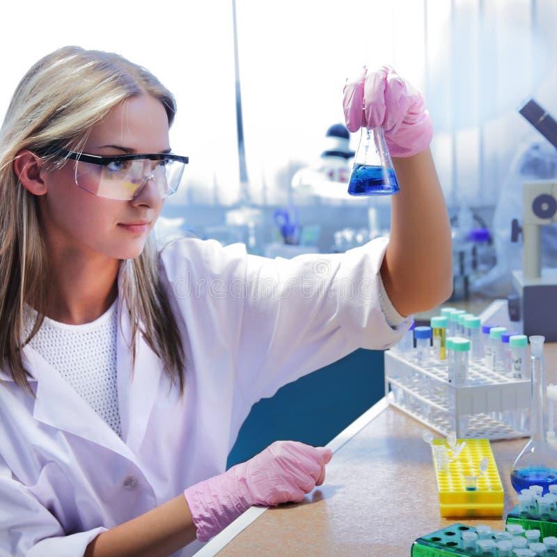 Cientista da beleza no laboratório químico fotografia de stock