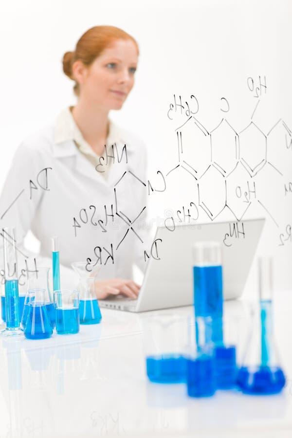 Cientista da mulher no laboratório com portátil fotos de stock