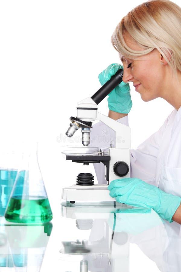 Cientista da mulher no laboratório químico fotografia de stock