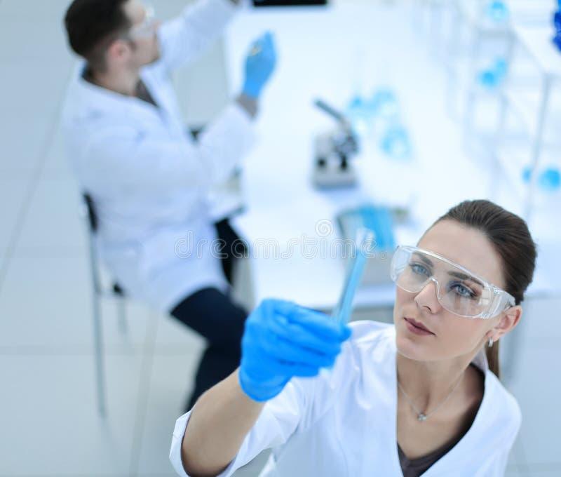 Cientista da mulher que trabalha em um laboratório moderno imagem de stock royalty free