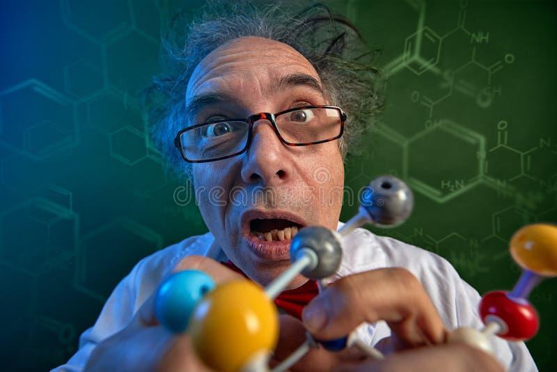 Cientista engraçado com moléculas modelo fotos de stock royalty free