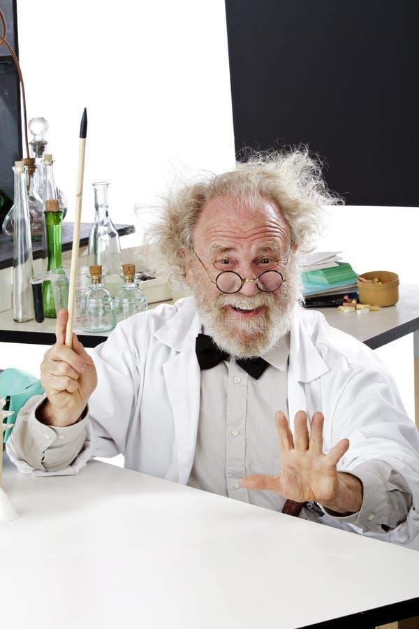 Cientista excêntrico no laboratório que explica a idéia fotos de stock royalty free
